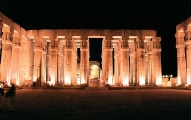 Luxor_Luxor_Temple_inside_at_night_Egypt_Oct_2004